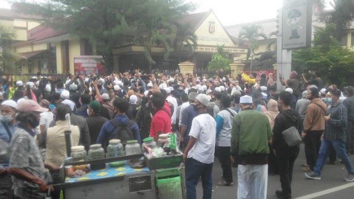 Geruduk Mapolresta Bogor Kota, Ratusan Orang Minta Habib Rizieq Dibebaskan