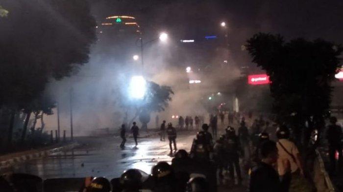 UPDATE Kerusuhan Demo DPR RI, 18.30 WIB Polisi Mundur Setelah Dilawan Massa Mahasiswa