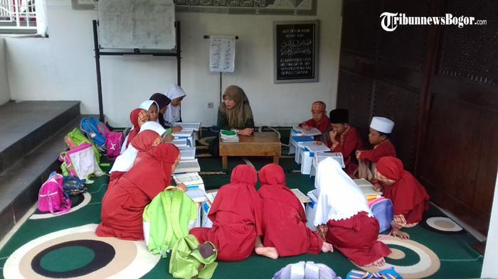 Setiap Sore di Masjid Al-Muqsith Puncak Bogor Dipenuhi Anak-anak, Ini yang Mereka Lakukan