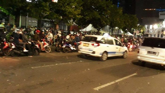 Sejumlah Massa Aksi Masih Bertahan di Depan Gedung Bawaslu RI