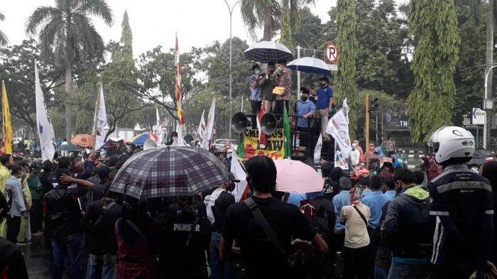 Deret Tulisan Spanduk Nyeleneh Soal UU Cipta Kerja dari Pendemo di Bogor, 'Anggota DPR Bolos PHK'