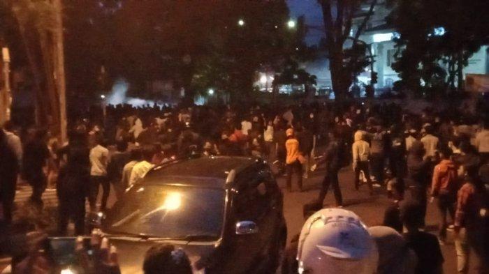 Massa melemparkan botol plastik dan petasan ke arah halaman DPRD Jabar. Dibalas tembakan air mata oleh polisi.