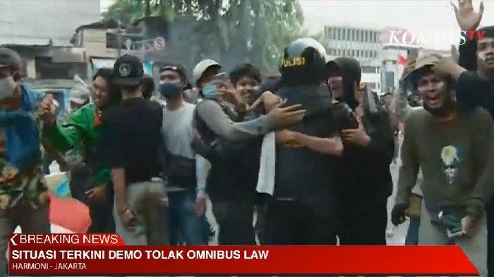 Ditembaki Gas Air Mata, Massa di Harmoni Ramai-ramai Peluk Aparat: Polisi Mengayomi, Bukan Nembak