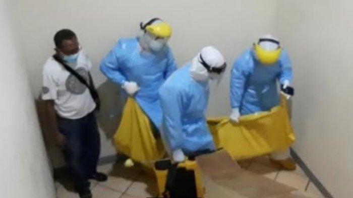 Petugas mengevakuasi kantong mayat perempuan muda korban pembunuhan di kamar Hotel Lotus, Kota Kediri, Minggu (28/2/2021) petang.