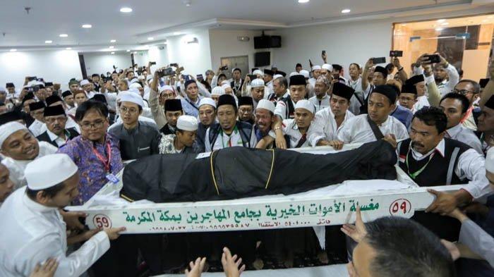 Foto-foto Jemaah Haji Menangis Iringi Jenazah Mbah Moen Saat Akan Dishalatkan