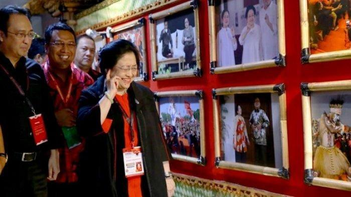 Senyum Megawati Saat Pandang Foto Dirinya Bersama Prabowo : Ini Favorit Saya