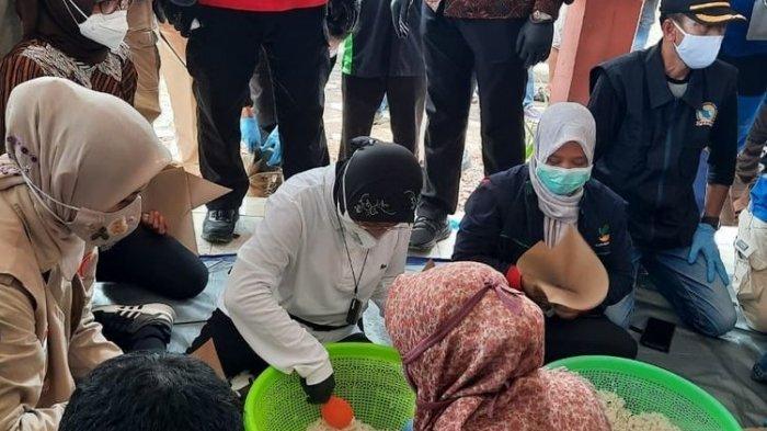 Risma Bantu Masak di Dapur Umum saat Kunjungi Korban Banjir Jember