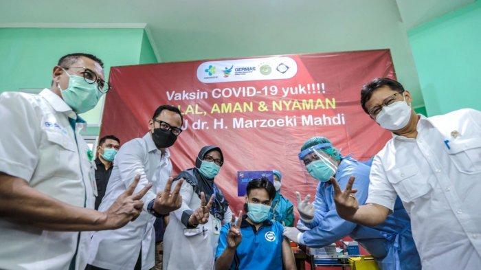 Menteri Kesehatan Budi Gunadi Sadikin meninjau vaksinasi dengan sasaran penyandang disabilitas mental atau orang dengan gangguan jiwa (ODGJ) di Rumah Sakit Marzoeki Mahdi (RSMM), Kota Bogor, Selasa (1/6/2021).
