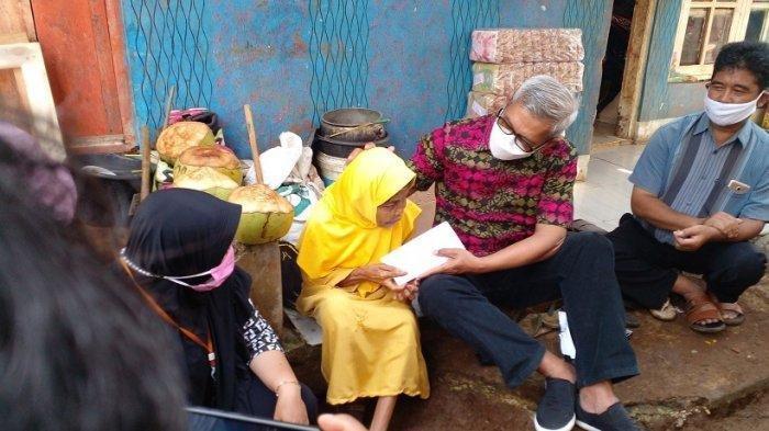 Hidup Sebatang Kara di Rumah Reyot, Tangan Mak Esih Gemetar saat Sosok Dermawan Ini Serahkan Amplop