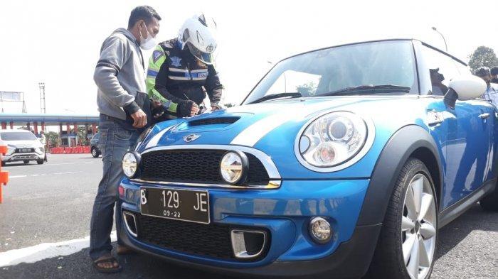 Mini Cooper Ini Pakai Pelat Nomor Kertas Saat Lewati Pos Pemeriksaan Ganjil Genap di Pintu Tol Ciawi