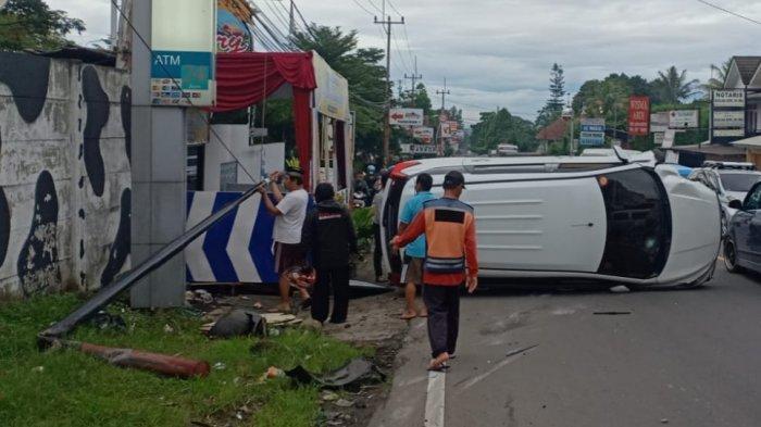 Tabrak Tiang Telepon Sampai Bengkok, Sebuah Minibus di Jalan Raya Puncak Bogor Terguling