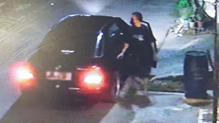 Subuh-subuh Naik Mobil Mercy, Pria Ini Lakukan Hal Aneh di Depan Rumah Orang, Aksinya Terekam CCTV