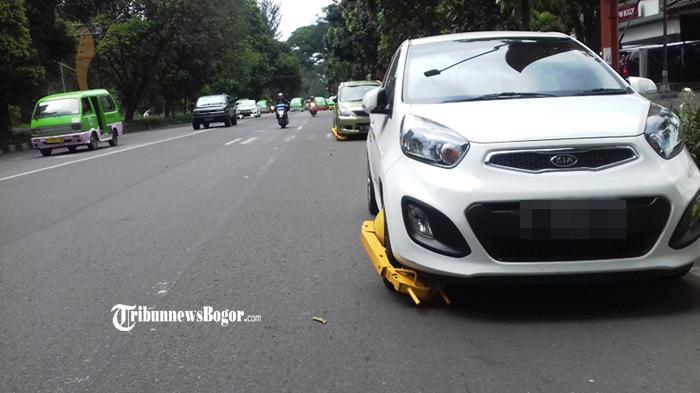 Parkir Sembarangan, Tiga Mobil Digembok DLLAJ di Jalan Pajajaran Kota Bogor