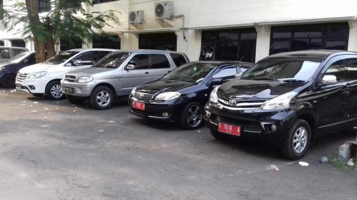 Mobil Dinas Parkir di Gedung Dewan Kota Bogor