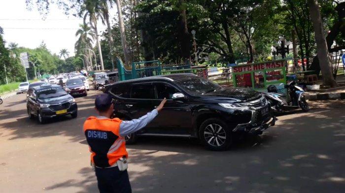 Mobil Mewah Ikutan Mejeng saat Pelantikan Kades di Bogor, Punya Siapa ?