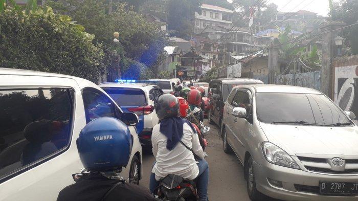 Puncak Bogor Macet, Mobil Patroli Polisi Ikut Terjebak Kemacetan di Jalur Alternatif