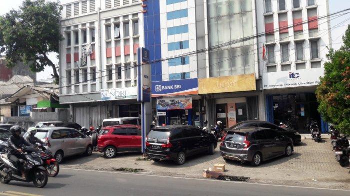 BREAKING NEWS - Seorang Pria Ditemukan Bersimbah Darah dalam Mobil di Depan BRI Tajur Bogor