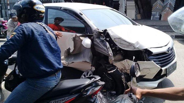 Mobil Avanza ringsek tabrakan dengan mobil truk di Jalan Karadenan, Kota Bogor
