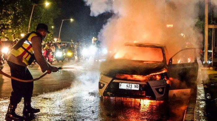 Lihat Mobil Terbakar saat Patroli, Tim Pemburu Pelanggar PPKM Turun Tangan Padamkan Api