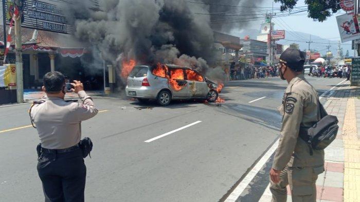 Diduga Ada Korsleting Mesin, Mobil Grand Livina Terbakar di Puncak Bogor