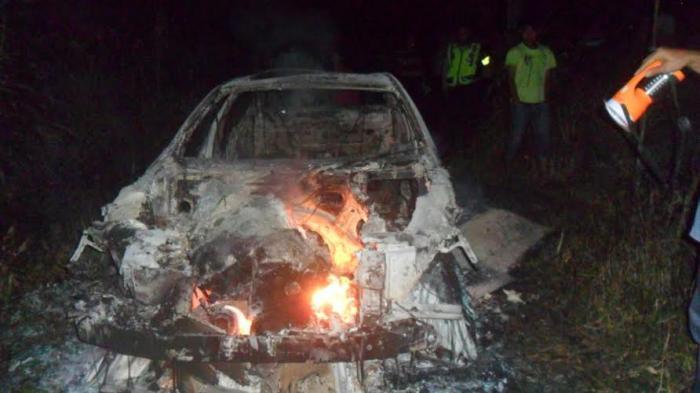 Sedan Slip di Jalan Mengeluarkan Asap, Sebuah BMW Ludes Terbakar di Bogor