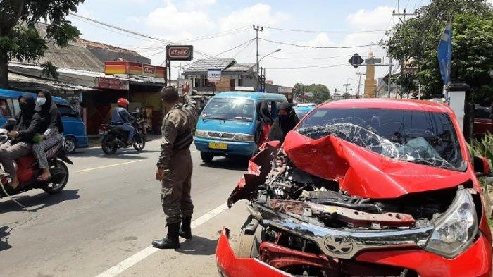 Diduga Ngantuk, Mobil Agya Merah Tabrak Belakang Truk Tronton di Ciampea Bogor