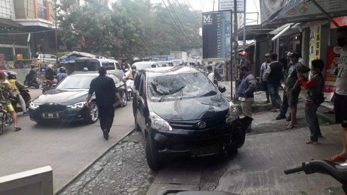 Mobil Xenia Hitam Hancur Tiba-tiba Diserang di Cibinong, Orang di Dalamnya Turut Babak Belur