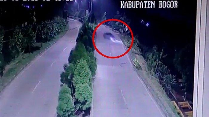 Detik-detik Mobil Terperosok ke Jurang di Pakansari, Netizen Heran Soal Cahaya di Dekat Pohon
