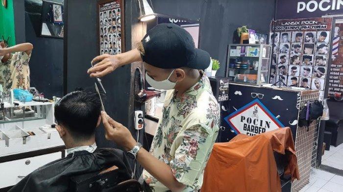 Kisah Mantan Karyawan Trans Jakarta yang Beralih Jadi Tukang Cukur Rambut Akibat Pandemi Covid-19