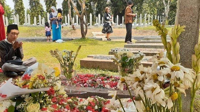 Angkat Kedua Tangan Didepan Makam BJ Habibie, Ekspresi Pemuda Ini Curi Perhatian