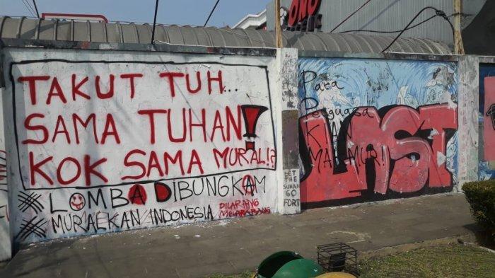 Coretan dinding bernada protes yang ada di area taman kota Taman Corat-coret di Kecamatan Bogor Utara, Kota Bogor.