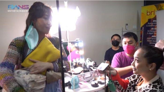 Nagita Slavina Bongkar Tas Ayu Dewi, Luna Maya Cela Alat Make Up Miss Beauty : Jorok Banget Sumpah