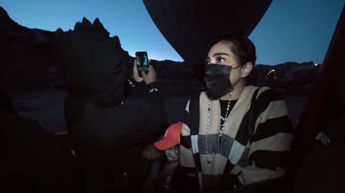 Naik Balon Udara, Wajah Ashanty Pucat Ketakutan, Mulutnya Komat-kamit, Anang Meledek : Ngapain Ikut?