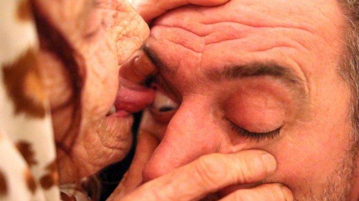 Nenek Memiliki Lidah 'Sakti', Mampu Obati Penyakit Dengan Cara Menjilat Bola Mata