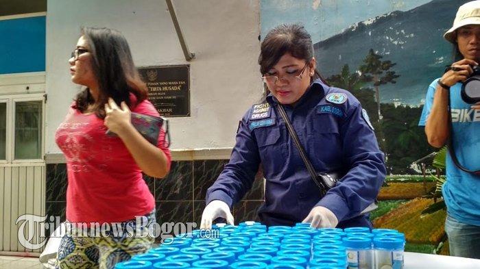 Wajah Berpoles Riasan, Para Napi Wanita di Lapas Paledang Jalani Tes Urin