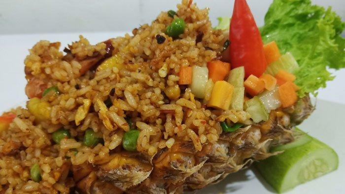 Sensasi Makan Nasi Goreng dengan Paduan Asam Segar Nanas di Hard Cafe Bogor