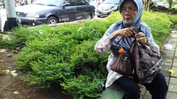 Tak Tahu Ada Penutupan Jalan, Nenek Eni Jalan Kaki dari Rumah Sakit PMI Bogor Menuju Air Mancur
