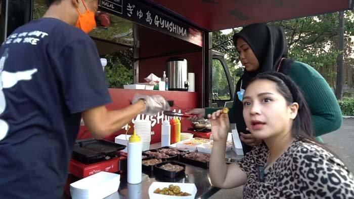 Ngidam Gorengan, Nagita Slavina Melongo saat Pertama Kali Cicipi Bakwan : Makan Gini Aja Udah Happy