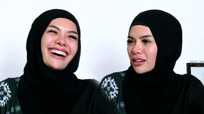 Nikita Mirzani saat mengenakan hijab