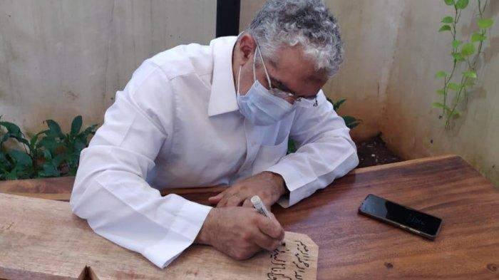 Papan Nisan Syekh Ali Jaber Ternyata Ditulis Tangan Kaligrafi Internasional Bersanad Rasulullah