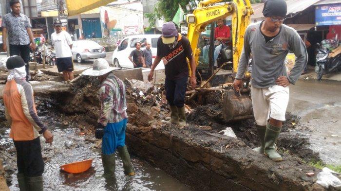 Jadi Langganan Banjir, Saluran Air di Lokasi Ini Dibersihkan Pakai Alat Berat