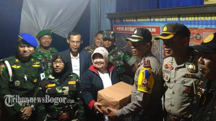 Bupati Bogor Beri Bingkisan ke Petugas saat Tinjau Pos Pengamanan Natal dan Tahun Baru