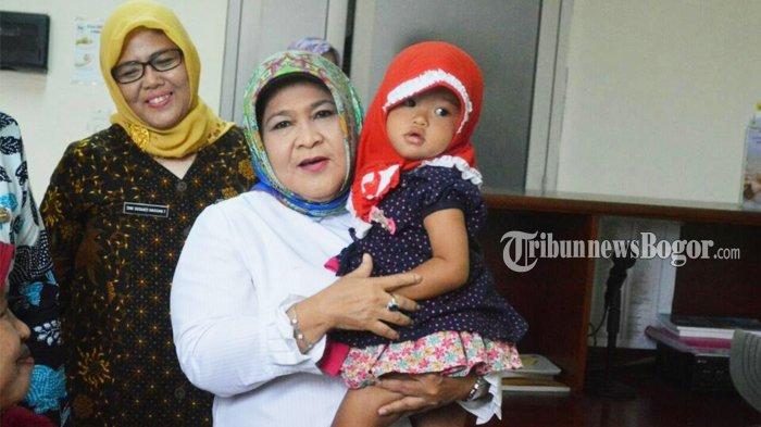 Kunjungi RSUD Cibinong, Nurhayanti Langsung Gendong Anak yang Lagi Berobat
