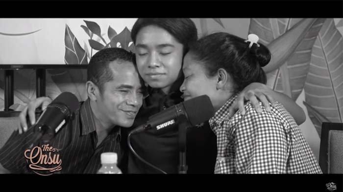 Ibu Kandung Betrand Peto Menangis di Pelukan Sang Anak, Onyo : Tidak Apa-apa Mah