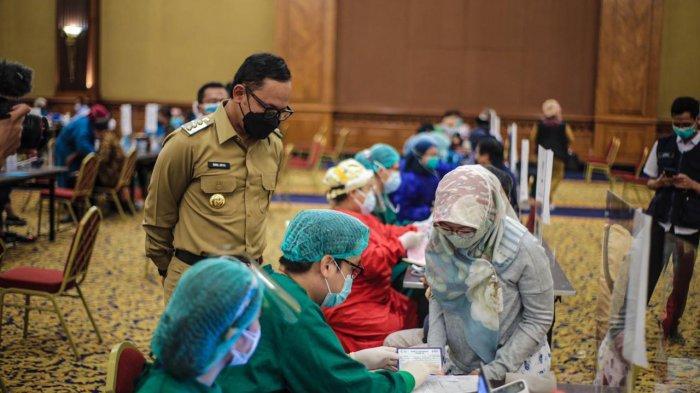 Bima Arya terus memantau pelaksanaan vaksinasi massal yang digelar Dinas Kesehatan (Dinkes) Kota Bogor di Puri Begawan, Jalan Pajajaran, Kota Bogor, Selasa (9/3/2021).
