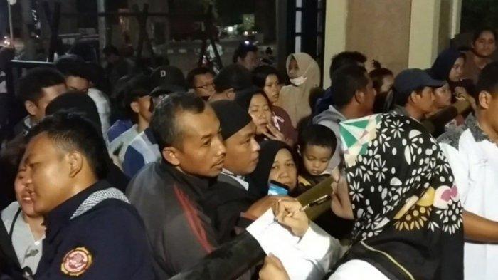 Wajah Cemas Ratusan Orang Tua Pelajar yang Jemput Anaknya di Kantor Polisi Malam-malam