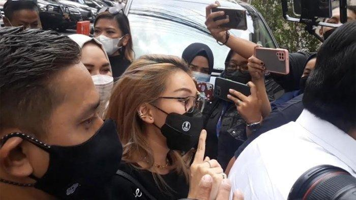 Orangtua Ayu Ting Ting, Abdul Rozak dan Umi Kalsum hadir di Polda Metro Jaya sekitar pukul 10.40, Selasa (12/10/2021) didampingi sang biduan.Penyidik Polda Metro Jaya memanggil orangtua Ayu Ting Ting untuk diperiksa sebagai saksi soal kasus dugaan penghinaan oleh pemilik akun Instagram @gundik_empaeng alias Kartika Damayanti.