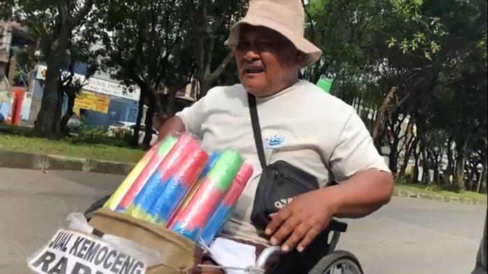 Cerita Kakek Parmin Jualan Kemoceng di Bogor Pakai Kursi Roda, Pantang Mengeluh : Kadang Laku Dua