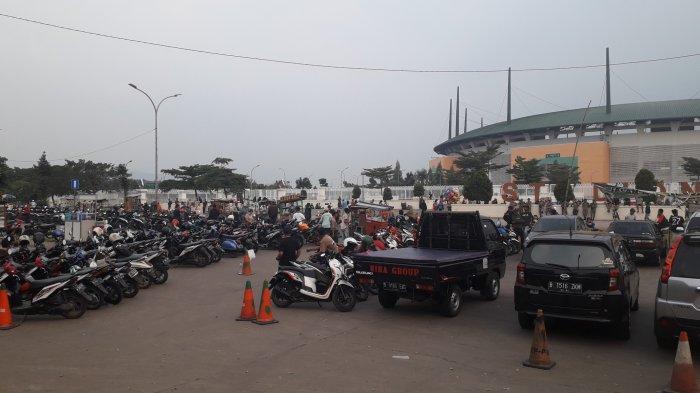 Masih PSBB, Kawasan Stadion Pakansari di Sore Hari Tetap Ramai Meski Ditutup