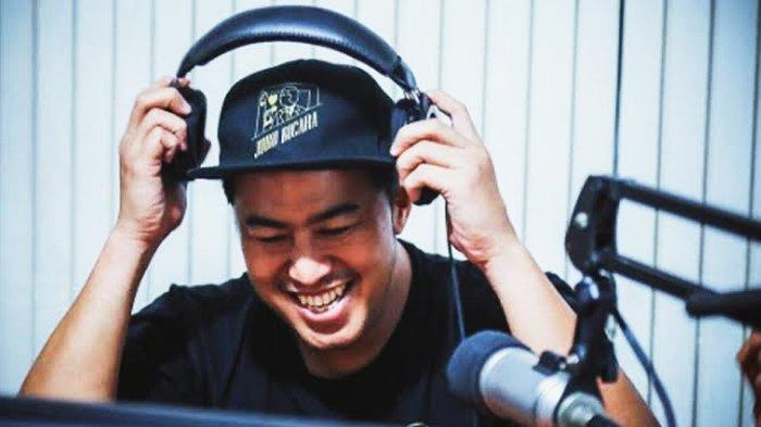 Ada Live Musik Akustik di Pesawat Garuda, Pandji Pragiwaksono: Untung Gue Punya Headphone ANC